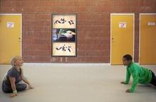 Konstnären Lina Selander ville ha eleverna i fokus, samtidigt som det var viktigt att få med poesi och ny teknik. I entrén till skolans gymnastiksal har hon skapat ett filmat bildspel om barnens liv, i form av en trekanalig videoinstallation.